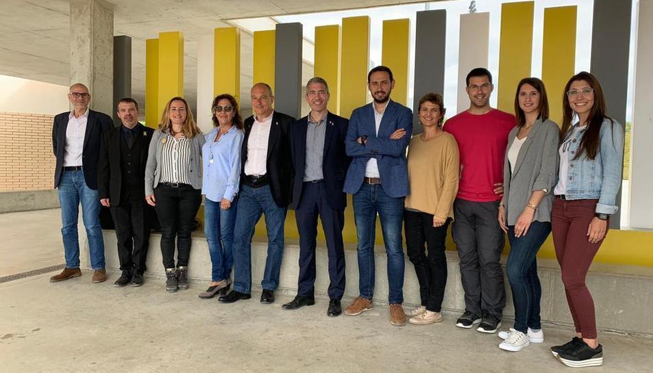 Imatge de la visita de representants institucionals a l'escola del Catllar.
