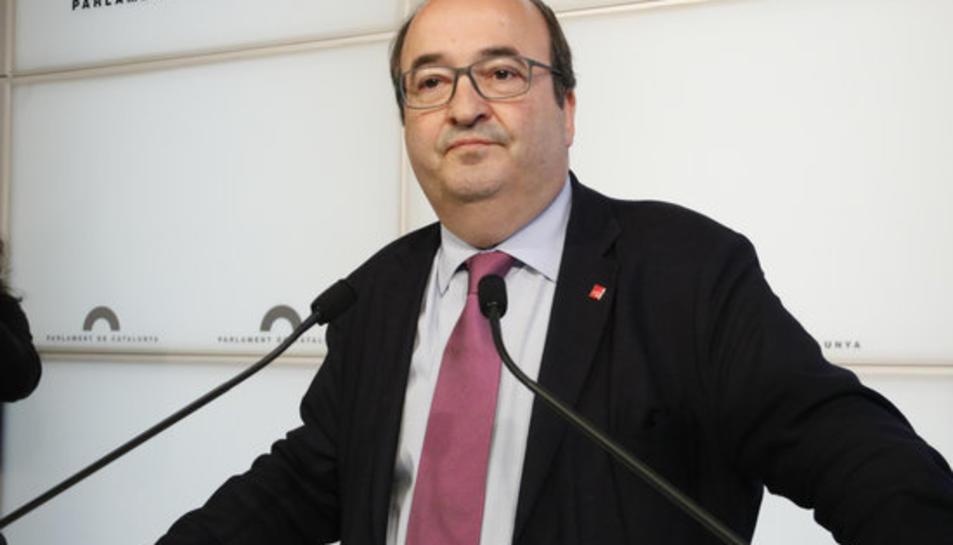 El president del grup del PSC-Units, Miquel Iceta, atén la premsa als faristols del Parlamen.