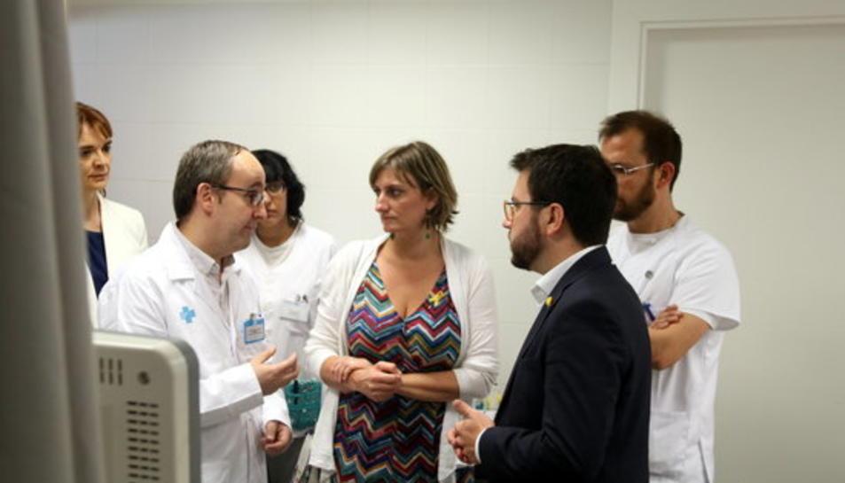 El vicepresident del Govern, Pere Aragonès, i la consellera de Salut, Alba Vergés, parlant amb personal mèdic dins d'una consulta del CUAP Sant Martí de Barcelona.
