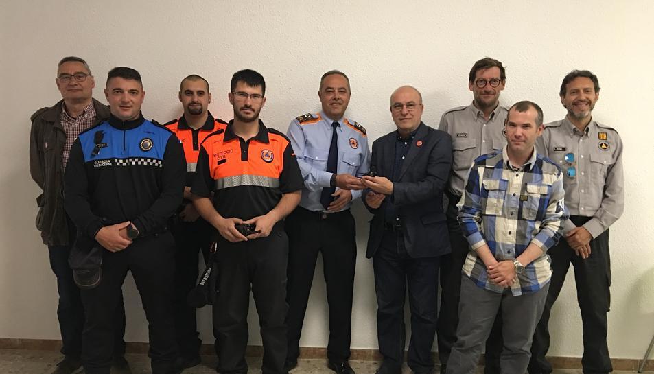 Les emissores van ser entregades ahir a l'alcalde de la Canonja, Roc Muñoz, i als voluntaris de Protecció Civil del municipi.