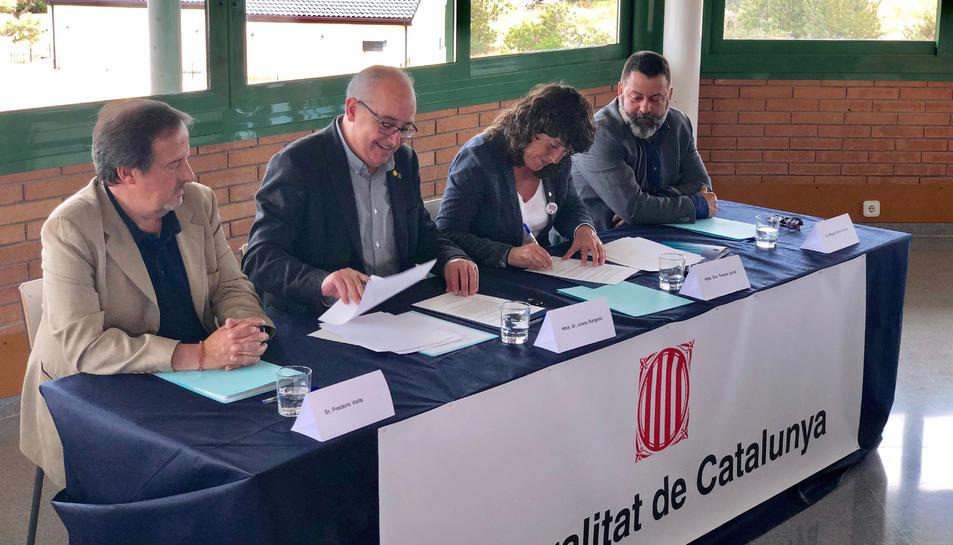 Signatura de l'acord, amb el conseller d'Educació, Josep Bargalló, i la consellera d'Agricultura, Teresa Jordà.
