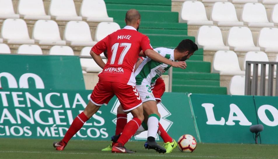 Mikel Villanueva persegueix a un rival durant el partit contra el Córdoba