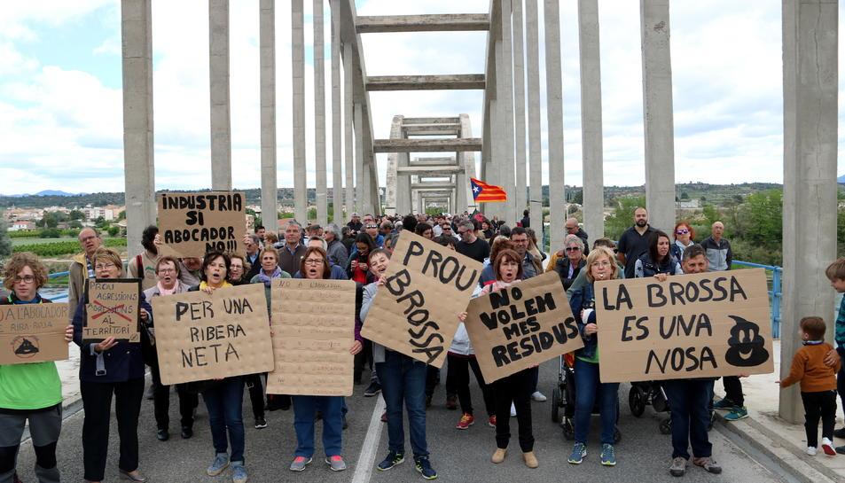 Manifestants amb cartells contraris al projecte de l'abocador de Riba-roja d'Ebre.