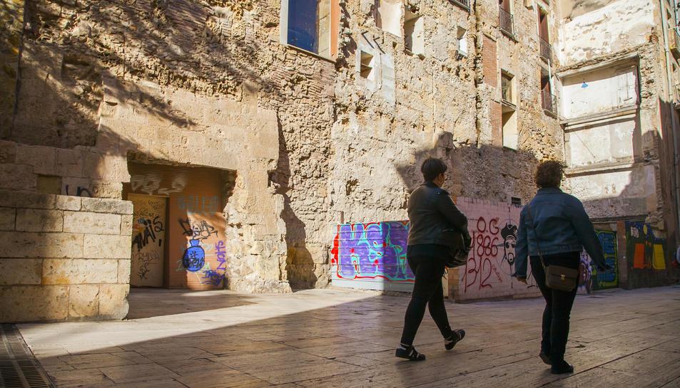 Aspecte actual que ofereix la porta de la Torre Romana que serà substituïda per una de vidre.