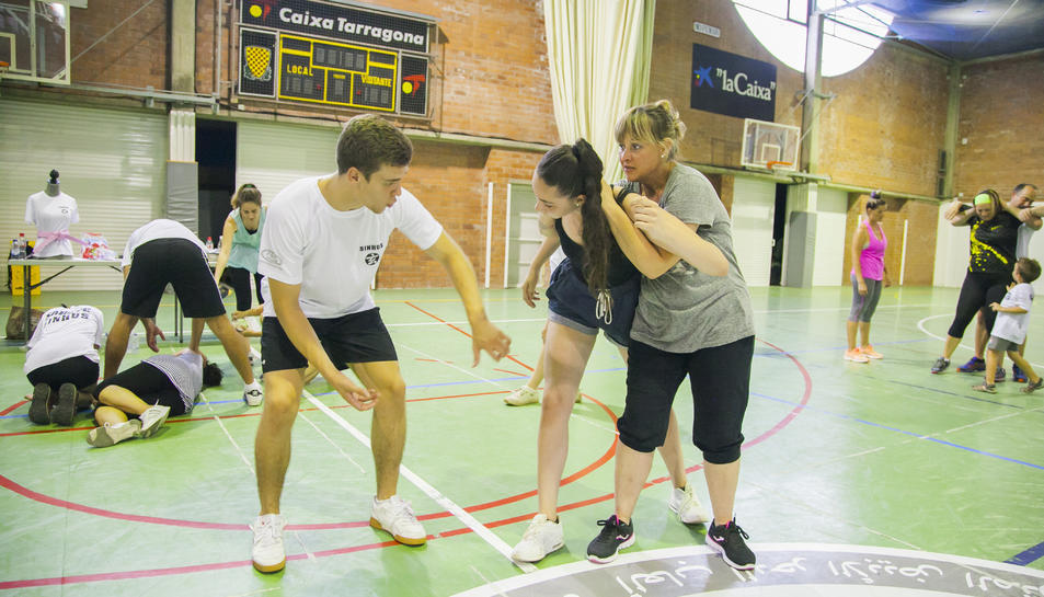 Imatge d'una sessió de defensa personal femenina realitzada aquest al pavelló de Campclar de Tarragona.