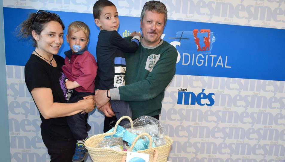 Els guanyador ha recollit la cistella acompanyat de la seva família.