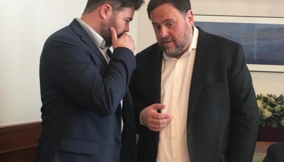 Oriol Junqueras conversa amb Gabriel Rufián al Congrés.