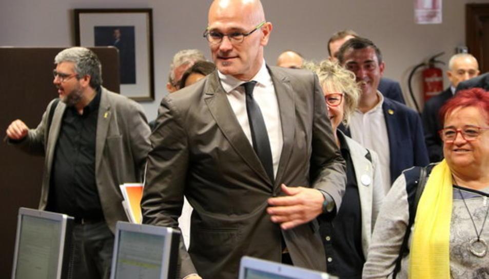 Pla mitjà del senador d'ERC Raül Romeva caminant a la sala on es fan els tràmits de recollida de l'acta.