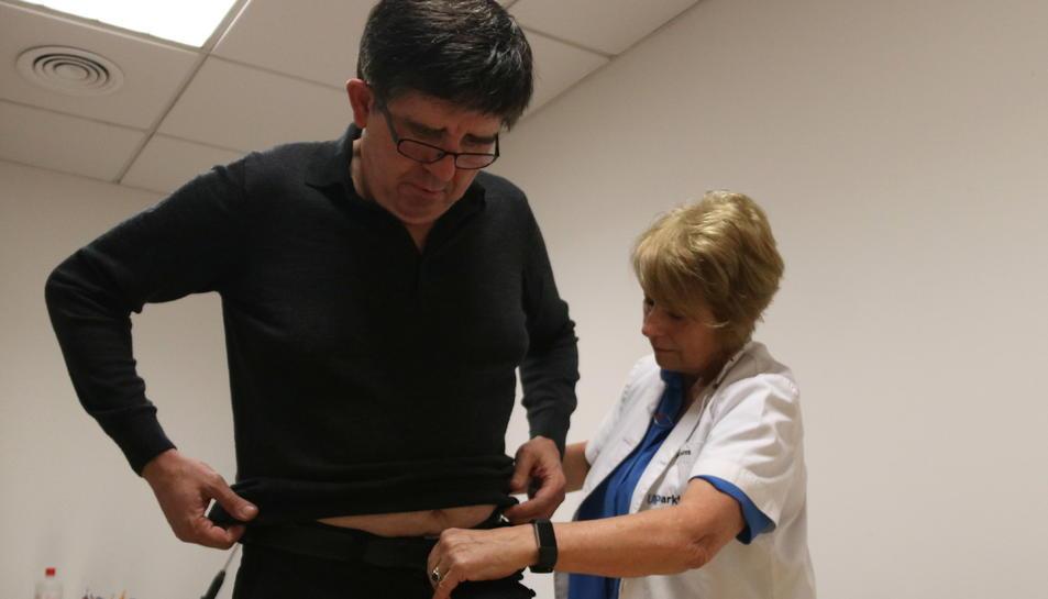 Imatge d'un pacient col·locant-se el cinturó amb l'STAT-ON