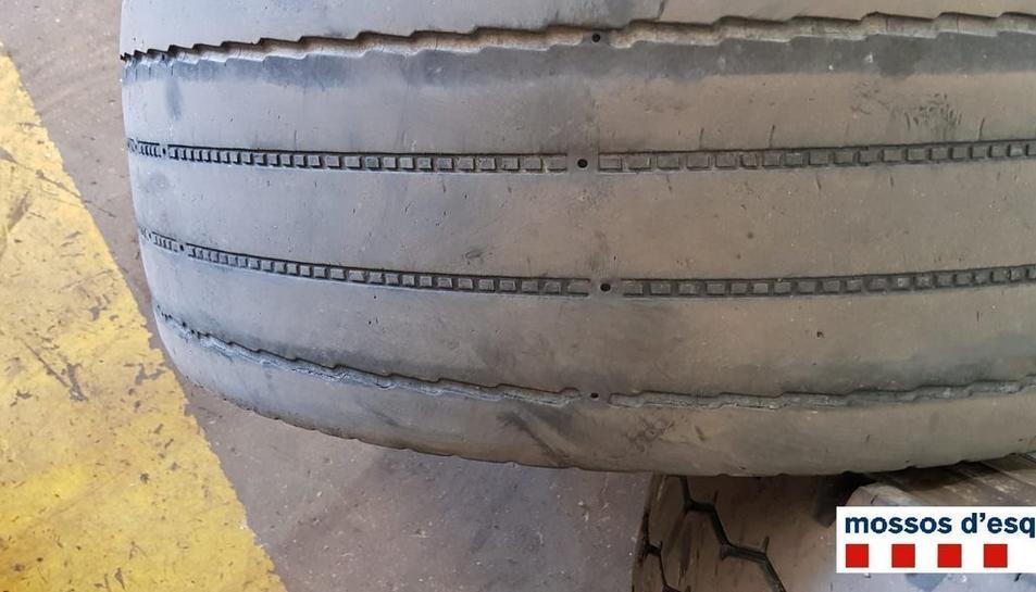 Imatge d'una de les rodes desgastades que van provocar la denúncia.