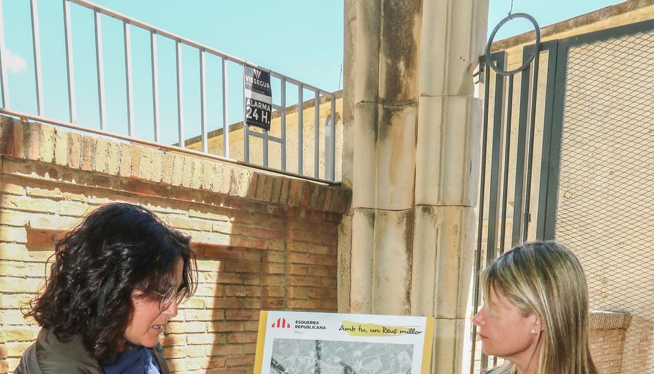 Berasategui i Llauradó explicant el projecte davant El Roser.