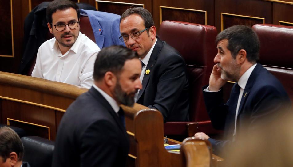 Santiago Abascal, de Vox, passant per davant de Sànchez i Rull sense mirar-los.