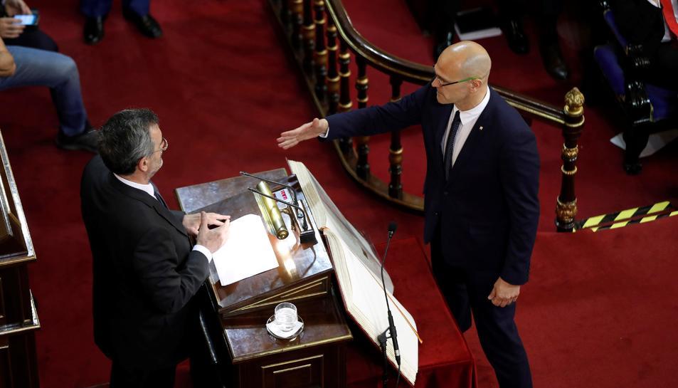 Raül Romeva acata la Constitució durant la sessió constitutiva del Senat.