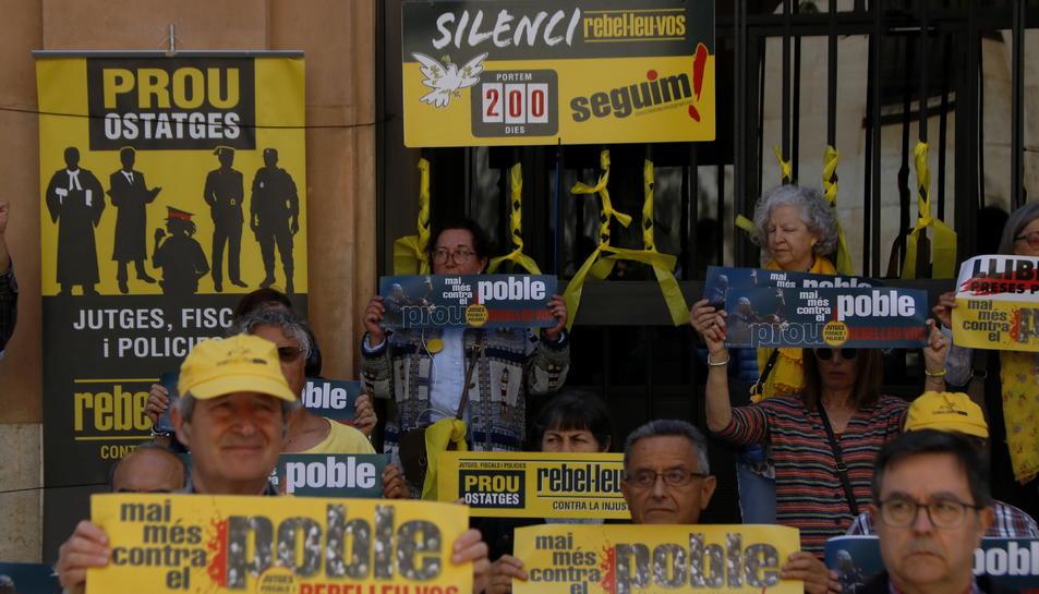 Pla tancat del cartell que fa de comptador dels 200 dies de protesta del col·lectiu 'Silenci, rebel·leu-vos', davant els jutjats de Tarragona, Imatge del 21 de maig del 2019