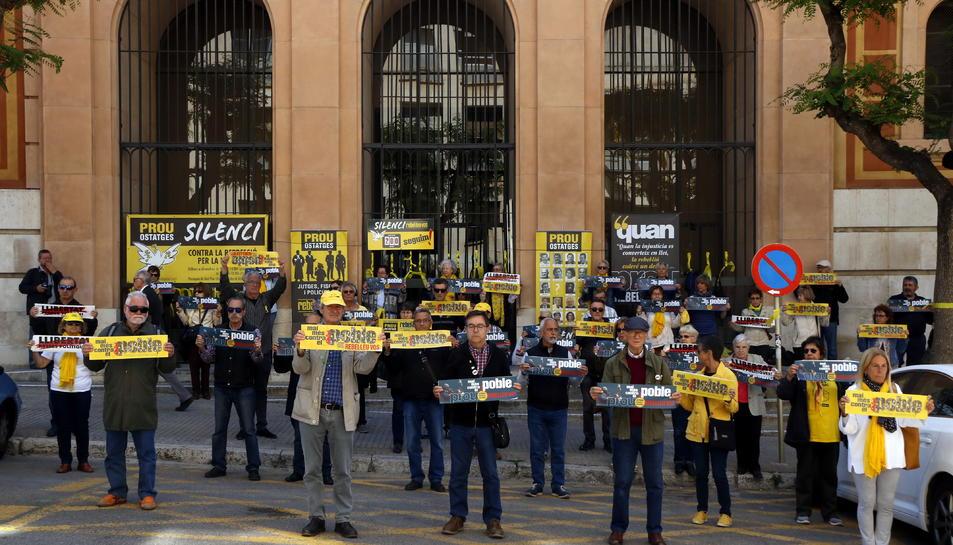 Pla general dels participants en la protesta del col·lectiu 'Silenci, rebel·leu-vos', davant els jutjats de Tarragona, Imatge del 21 de maig del 2019