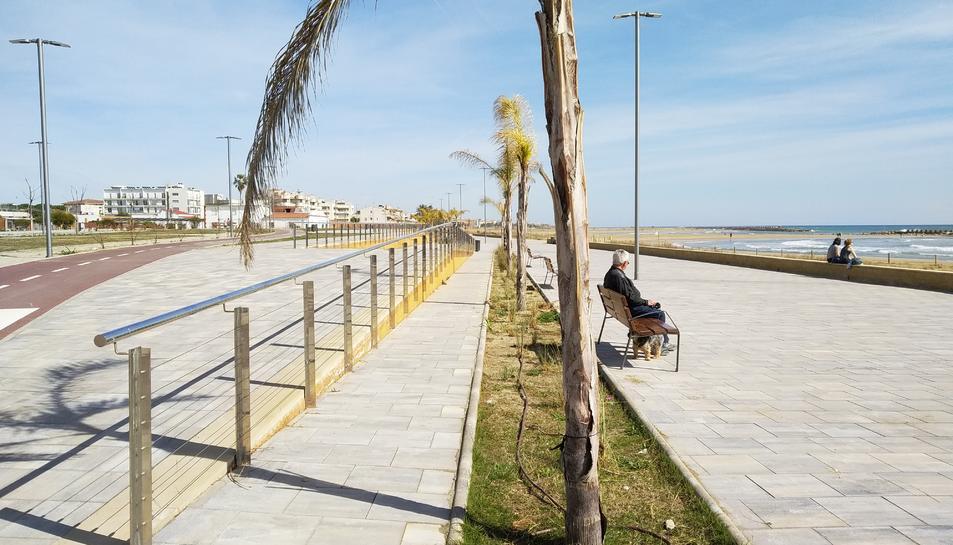 Imatge del passeig marítim del Cunit, un dels punts del trajecte que farà el trenet turístic.