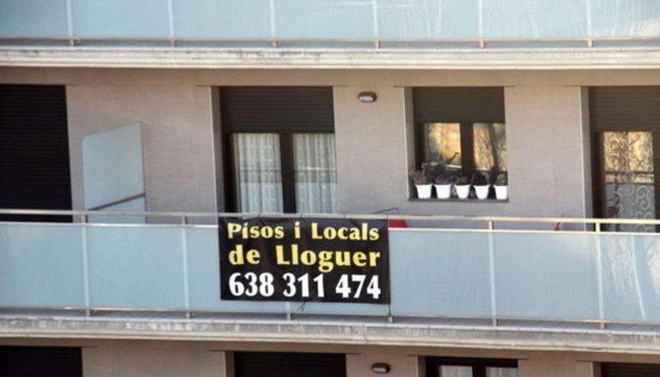 Pla obert d'un cartell de lloguer en un edifici.