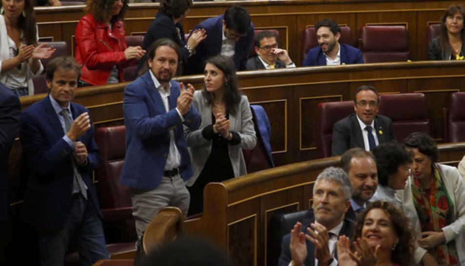 Diputats del PSOE i d'Unides Podem aplaudeixen durant la constitució del Congrés.