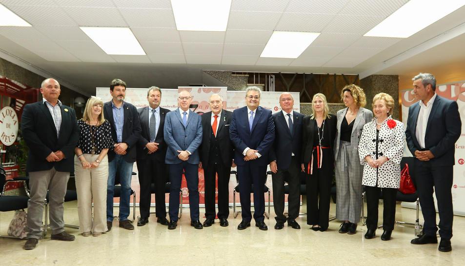 El president, Jordi Just, al centre, i la vicepresidenta, Àgata Girbes, tercera per la dreta.