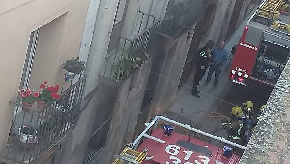 Tres dotacions de Bombers s'han desplaçat fins al carrer Major.