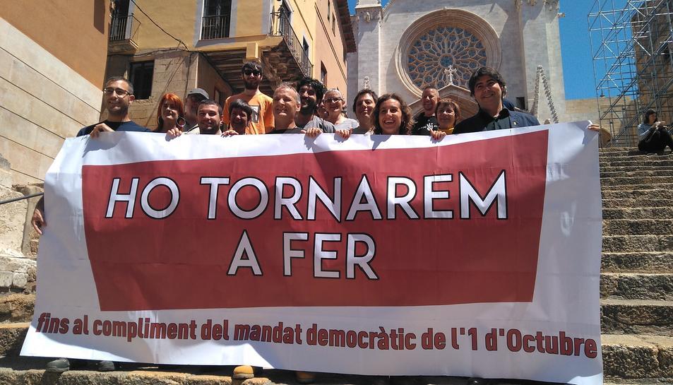 Imatge d'alguns encausats aquest dimecres 22 de maig a les escales de davant de la Catedral de Tarragona.
