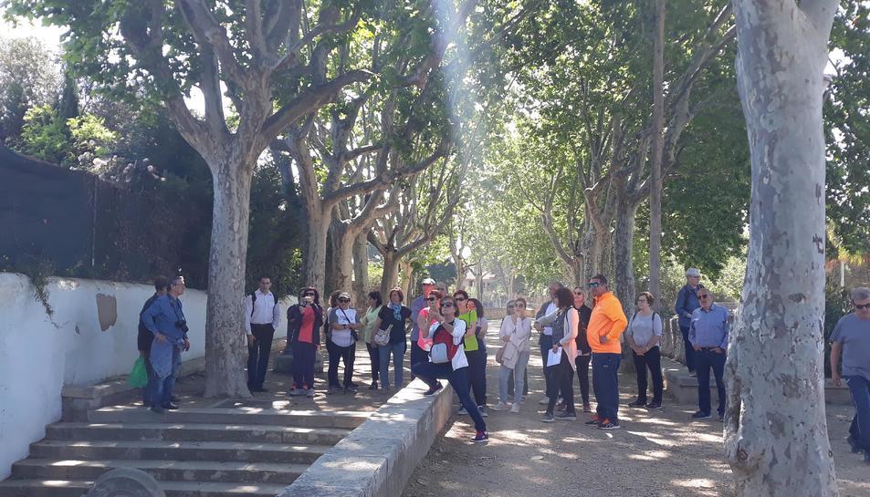 Un instant de la caminada per la Boca de la Mina amb participants fent fotografies.