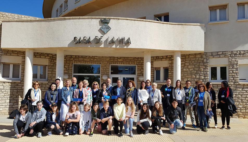 Fotografia de grup dels estudiants i professors participants a l'Erasmus+ que va visitar l'Ajuntament de l'Hospitalet de l'Infant.