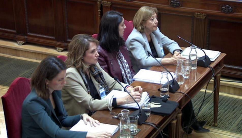 Imatge general de les pèrites Maria del Carmen Tejera, Sara Izquierdo, Teresa Cecília Hernández i Mercedes Vega declarant al Suprem.