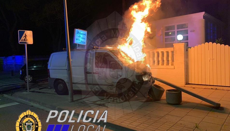 Imatge de la furgoneta incendiada.