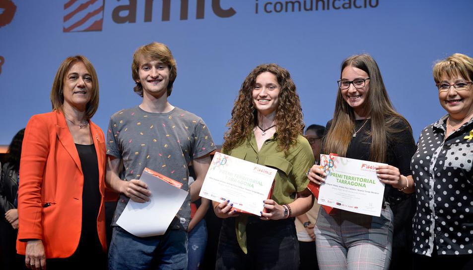 Alba Beguer, Andreu Faro i Noelia Torres de l'IES Vila-seca durant la recollida del premi.