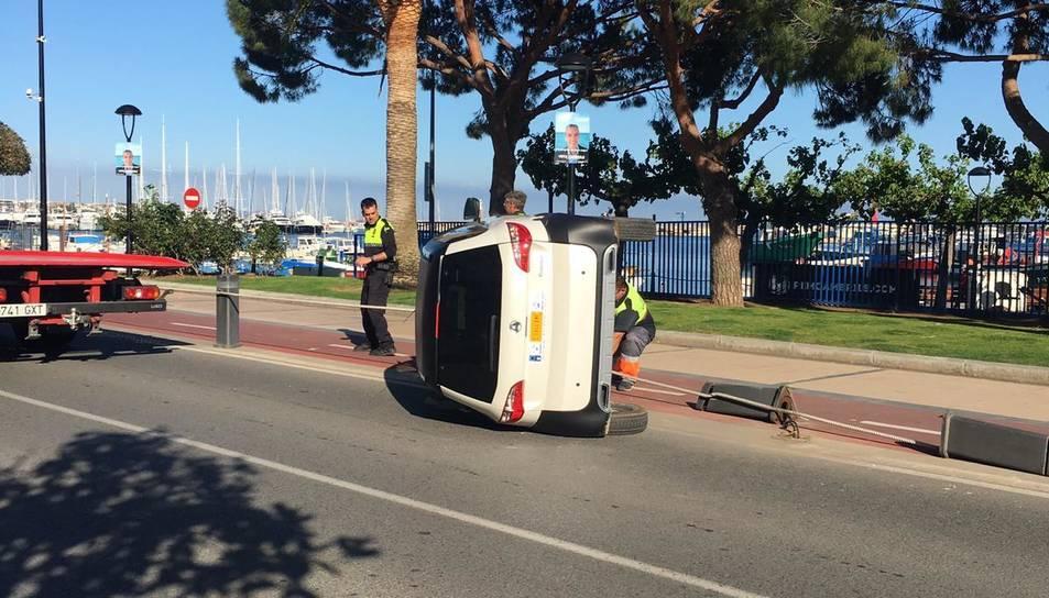 El vehicle ha quedat bolcat a la calçada.