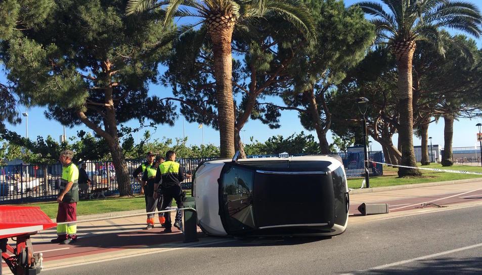 El vehicle hauria topat amb una de les pilones del passeig.