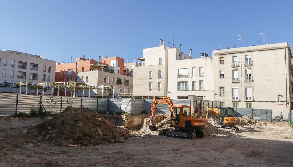 Dues excavadores fan feines aquests dies a l'espai on s'aixecarà el futur allotjament.