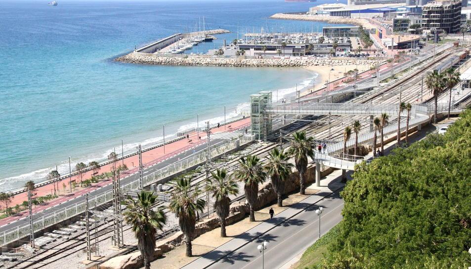 La façana marítima de Tarragona, amb les vies de tren, l'estació de Renfe, la passarel·la, la platja del Miracle i el Port de Tarragona.
