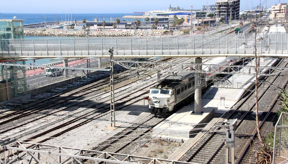 El corredor ferroviari de Tarragona, amb un tren de mercaderies.