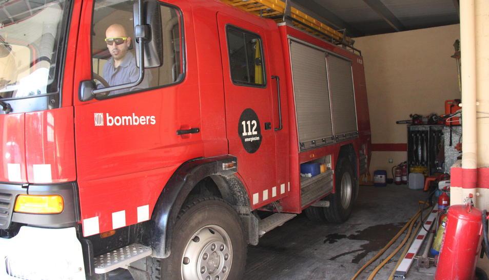 El camió de bombers del parc de Santa Coloma de Queralt, dins de l'aparcament.