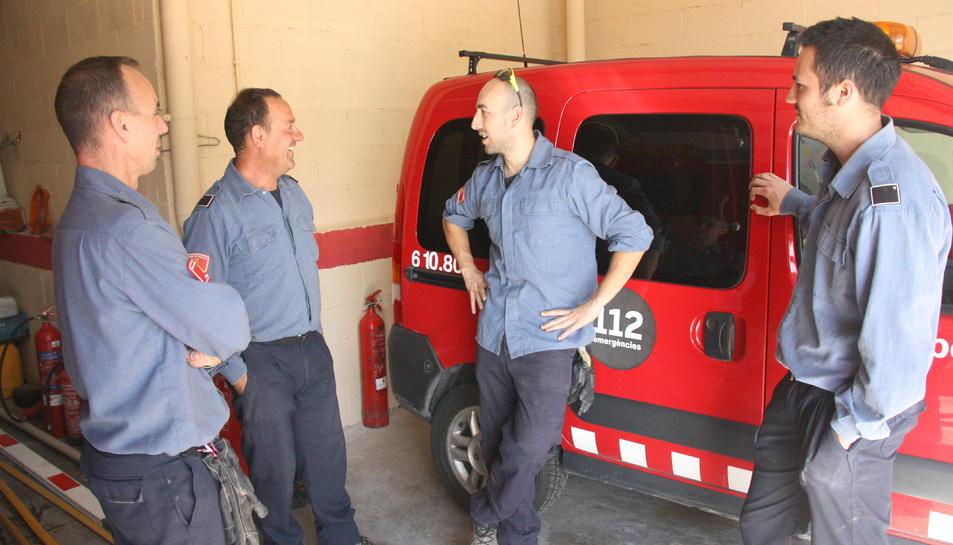 Els bombers voluntaris del parc de Santa Coloma de Queralt, conversant.