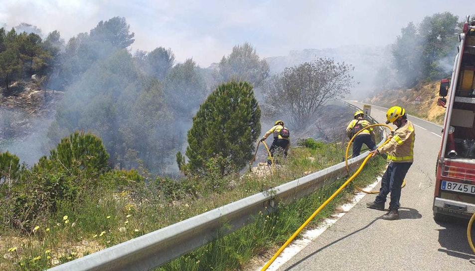 Imatge dels Bombers treballen en l'extinció de l'incendi declarat a Cornudella.