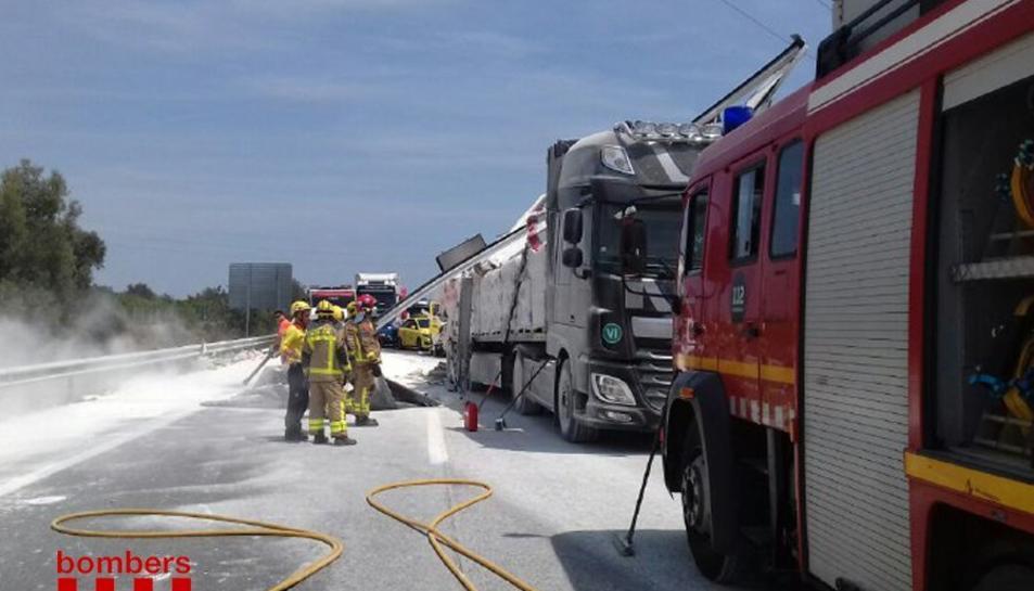 Un dels camions implicats ha perdut part de la seva càrrega, que eren sacs de guix.
