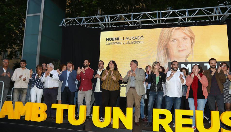 L'alcaldable republicana, Noemí Llauradó, al centre, amb integrants de la candidatura, ahir.