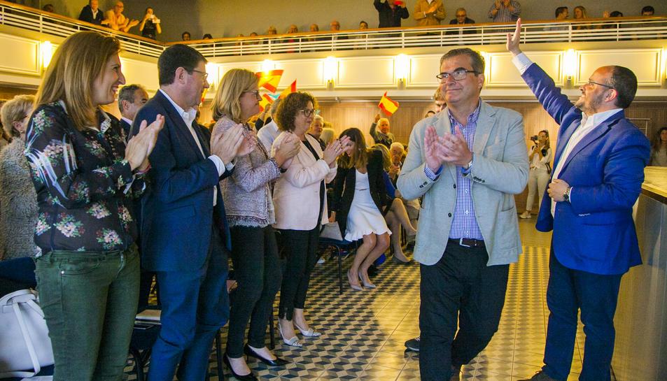 Fernández saluda somrient al públic del Teatret del Serrallo mentre Martín aplaudeix.