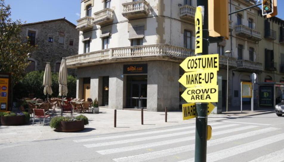 El centre de Besalú amb cartells del rodatge d'HBO.