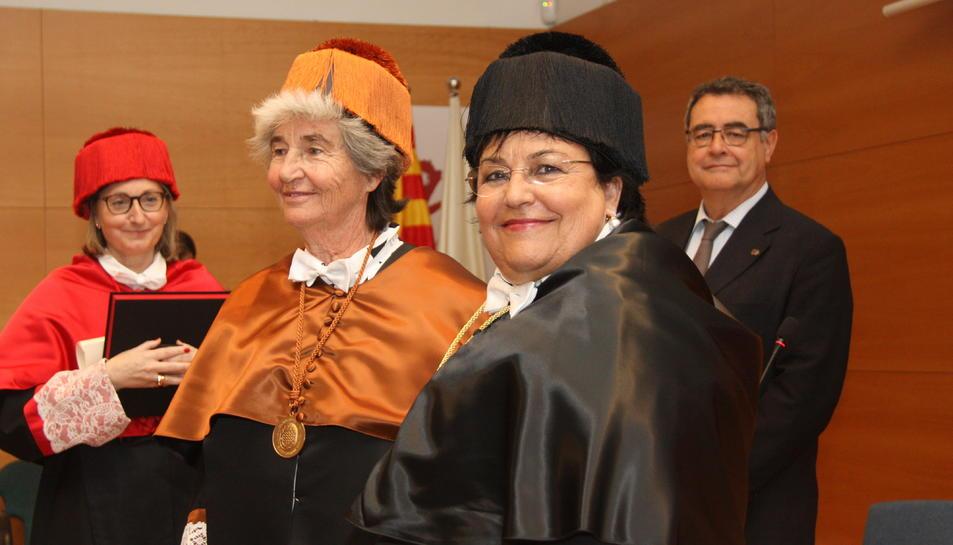Pla mitjà de la rectora de la URV, María José Figueras, en primer pla, i de Bettina Kadner.