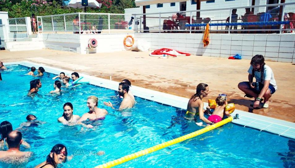 Imatge de la piscina municipal d'Altafulla del passat estiu amb la terrassa del bar al fons.