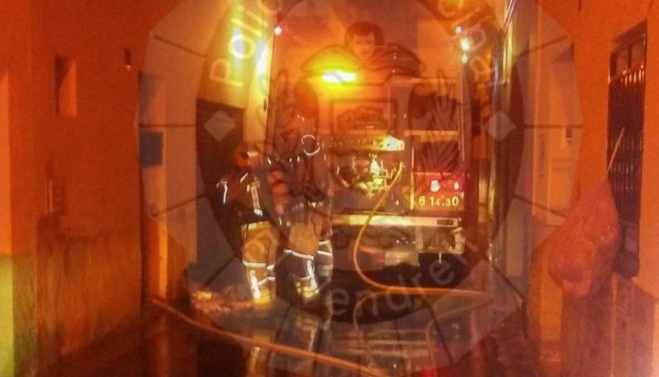 IMatge dels Bombers al lloc de l'incendi.