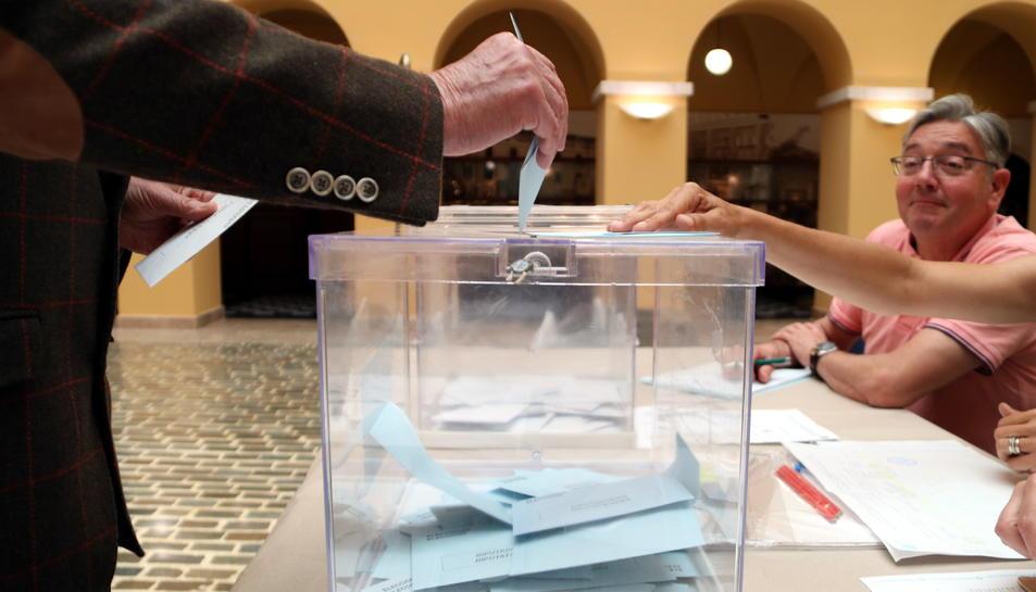 Pla tancat d'una urna en el moment en què ha votat un elector en un dels col·legis electorals de la ciutat de Tarragona. Imatge del 26 de maig del 2019 (Horitzontal).