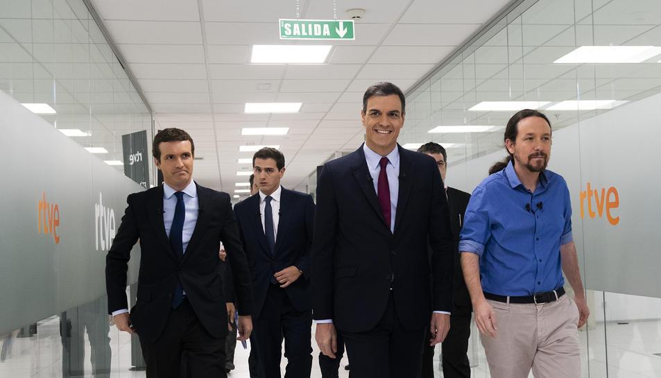 Pablo Casado, Pedro Sánchez, Albert Rivera i Pablo Iglesias caminant cap al plató del debat a quatre a RTVE.