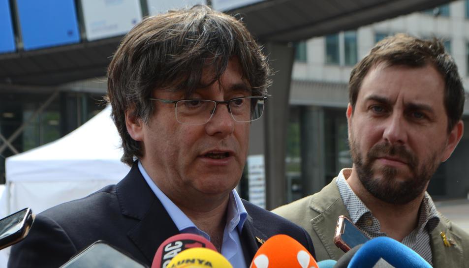 El cap de llista de Lliures per Europa, Carles Puigdemont, durant una atenció als mitjans davant el Parlament Europeu.