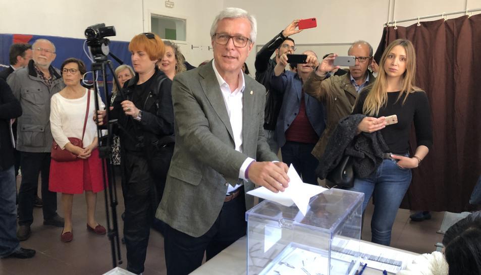 Ballesteros votant a l'Institut Tarragona.