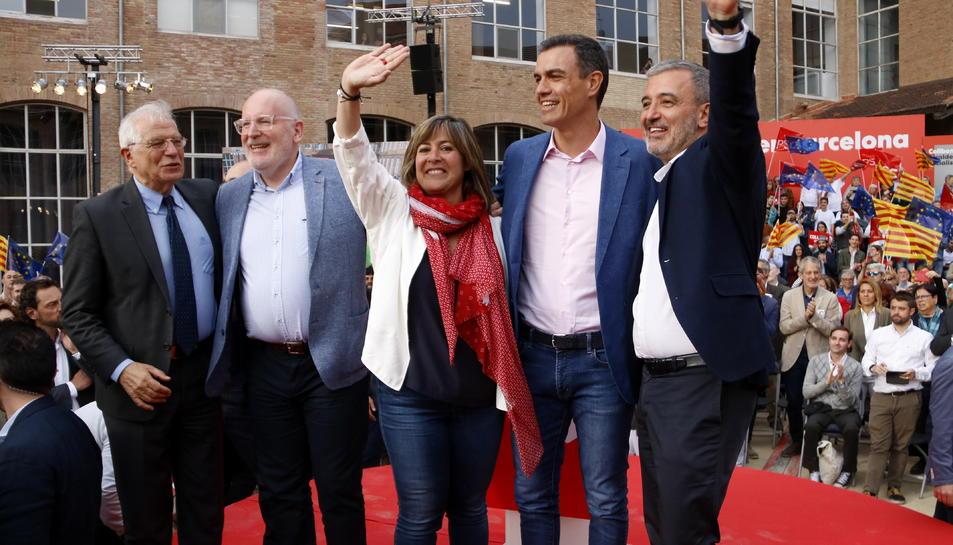 Jaume Collboni, Pedro Sánchez, Josep Borrell, Frans Timmermans, Núria Marín saludant l'acte del PSC el 23 de maig del 2019.